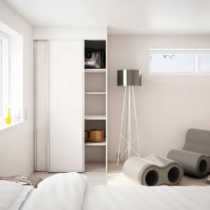 Garderobę, która jest częścią sypialni dobrze oddzielić drzwiami przesuwanymi, które stylistycznie nawiązują do reszty elementów aranżacyjnych. Wówczas wnętrze nabierze harmonijnego wyglądu. Fot. HTH.