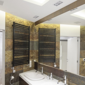 Dwie umywalki ułatwiają korzystanie z łazienki dwóm osobom jednocześnie. Fot. Bartosz Jarosz.