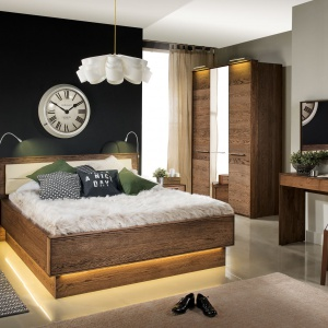 Sypialnia Rio z podświetloną od dołu podstawą łóżka. Mebel wygląda jakby dosłownie unosił się nad ziemią. Fot. Dekort.