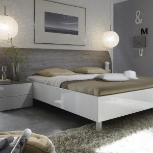 Sypialnia Bellevue wprowadza do wnętrza odrobinę elegancji i luksusu. Efekt ten uzyskano dzięki połączeniu ciemnych dekorów Dąb Szlachetny i Dąb Czarny oraz pionowemu oświetleniu zamontowanemu w wezgłowiu łóżka. Fot. Forte.