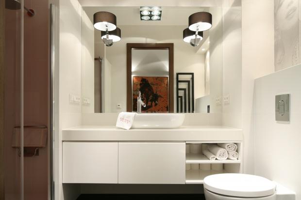 Mała łazienka – powiększ ją lustrami. 15 pomysłów