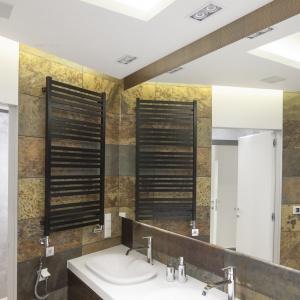 Duże lustro dodaje przestrzeni niewielkiej łazience. Powierzchnia: ok. 8 m². Projekt: Agnieszka Hajdas-Obajtek. Fot. Bartosz Jarosz.