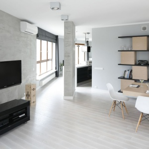W nowoczesnym wnętrzu beton zdobi ścianę z telewizorem. Projekt: Maciejka Peszyńska-Drews. Fot. Bartosz Jarosz.