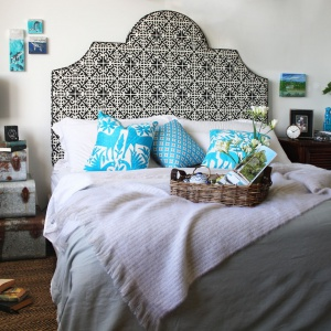 Sypialnia zainspirowana etnicznymi klimatami. Dekoracyjny panel za łóżkiem jest bardzo wyrazisty. Świetnie uzupełnia wnętrze i nadaje mu styl. Fot. Eco Chic.
