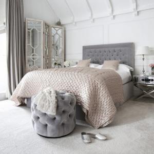 Świetną dekoracją ściany za łóżkiem może być tapicerowany zagłówek. W wersji szarej jest aktualnie na topie. Fot. Sweetpea&Willow.
