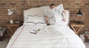 Ściana za łóżkiem to niezwykle ważny element aranżacji sypialni. To nie tylko ozdoba wnętrza, ale także świetny sposób na zabezpieczenie ściany przed zabrudzeniem.
