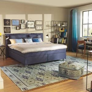 Ścianę za łóżkiem można ozdobić także w bardziej tradycyjny sposób. Obrazy czy ramy ze zdjęciami to dobry sposób na nadanie wnętrzu odrobinę intymności. Fot. Tom Tailor.