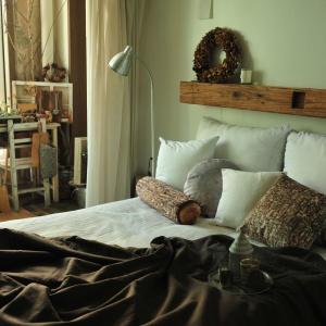 Półka zamontowana tuż nad łóżkiem pozwala nadaje aranżacji stylu i charakteru. Warto jednak dobrze przemyśleć jej wysokość, tak aby nie uderzyć się o nią wstając z łóżka. Fot. MeroWings International.