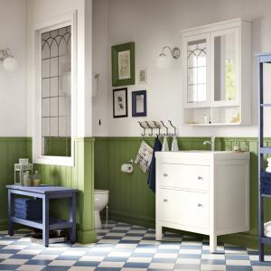 Niebieski i biel – szafki łazienkowe Hemnes firmy IKEA. Fot. IKEA.