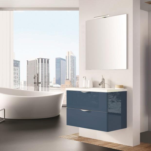 Modna łazienka – 12 pomysłów na błękitne szafki