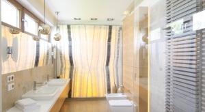 To łazienka niezwykła, nie każdy może podobną mieć. Jest przedłużeniem sypialni. Wyjątkową dekoracją wnętrza jest podświetlana ściana z onyksu.