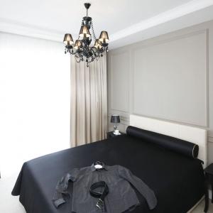 Główną rolę waranżacji sypialni odgrywają stylowe formy mebli, dodatki oraz niuanse wykończeniowe, jak sztukateria, zktórej wykonano dekoracyjne ramki na ścianie za łóżkiem oraz wformie podwieszanego sufitu. Projekt: Katarzyna Mikulska-Sękalska. Fot. Bartosz Jarosz.