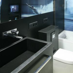 W małej łazience dużo jest czarnego koloru, ale wydaje się dużo większa, niż jest w rzeczywistości. Fot. Bartosz Jarosz.