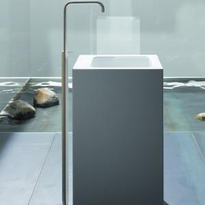 Ze stali emaliowanej -  umywalka podłogowa BetteOne firmy Bette. Fot. Bette.