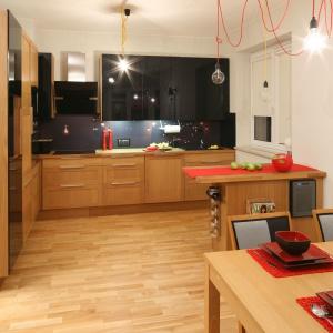 Granicę pomiędzy przestrzenią kuchni i salonu mocniej zaznacza niewielka jadalnia. Projekt: Iza Szewc. Fot. Bartosz Jarosz.