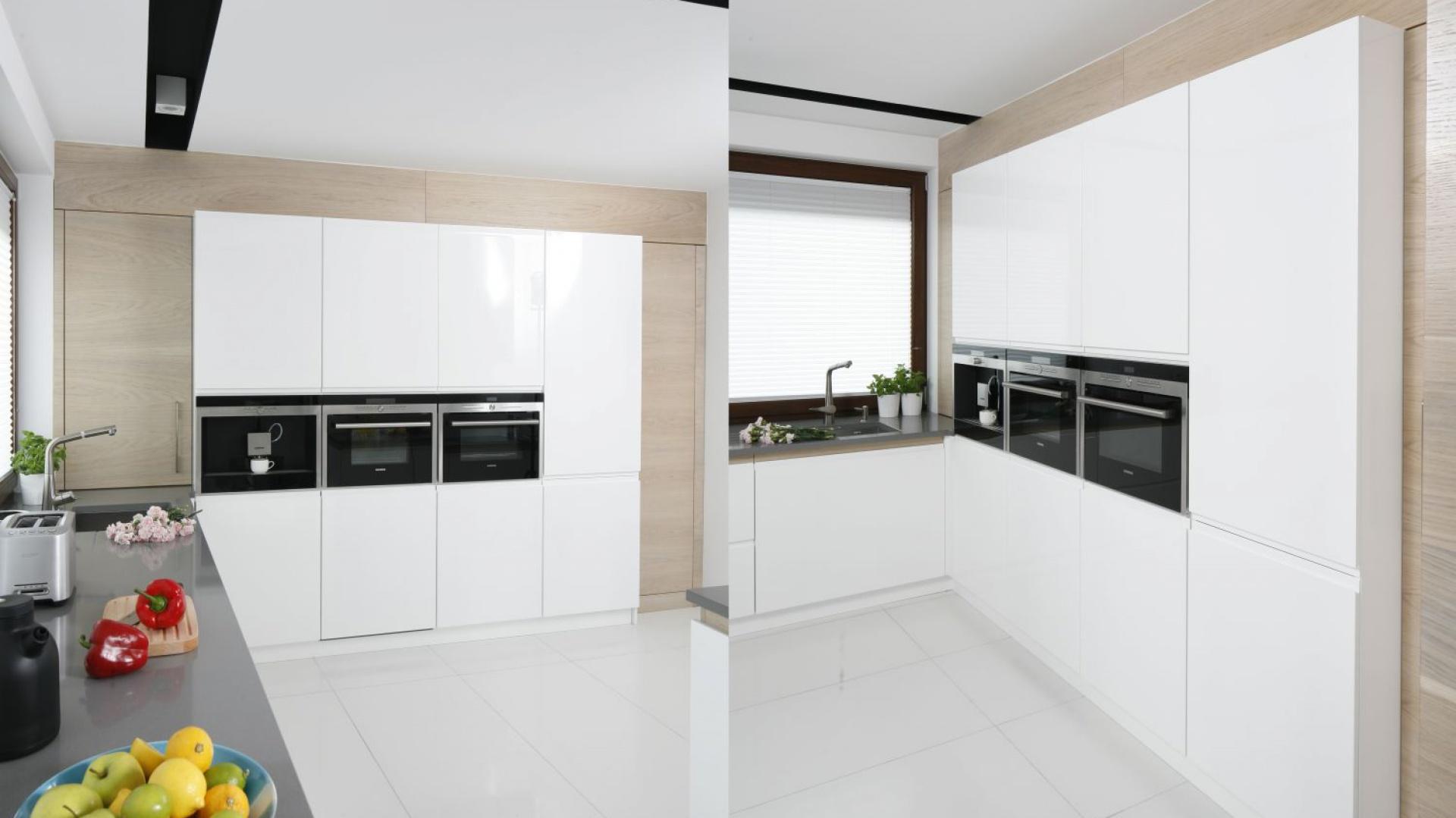 Kuchnia to królestwo nowoczesnego minimalizmu, którego najlepszym wyrazem są gładkie fronty zabudowy kuchennej, pozbawione uchwytów. Projekt: Marta Kilan. Fot. Bartosz Jarosz.