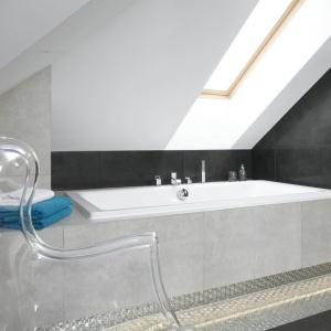 Łazienkę dla domowników usytuowano na poddaszu, w bezpośrednim sąsiedztwie pralni. Większość schowków przeniesiono właśnie tam, a w łazience pozostawiono jedynie szafkę na podręczne kosmetyki. Projekt: Marta Kilan. Fot. Bartosz Jarosz.