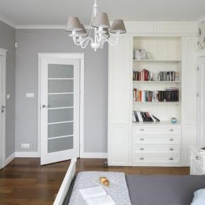 Wnętrze sypialni połączone jest zprywatną łazienką, do której prowadzą delikatnie przeszklone drzwi. Projekt: Maciejka Peszyńska-Drews. Fot. Bartosz Jarosz.