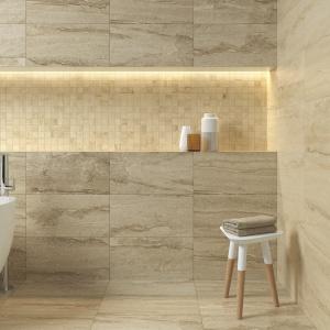 Te same płytki na podłodze i ścianach jak beżowy piaskowiec – płytki ceramiczne Delta firmy Bellavista. Fot. Bellavista.