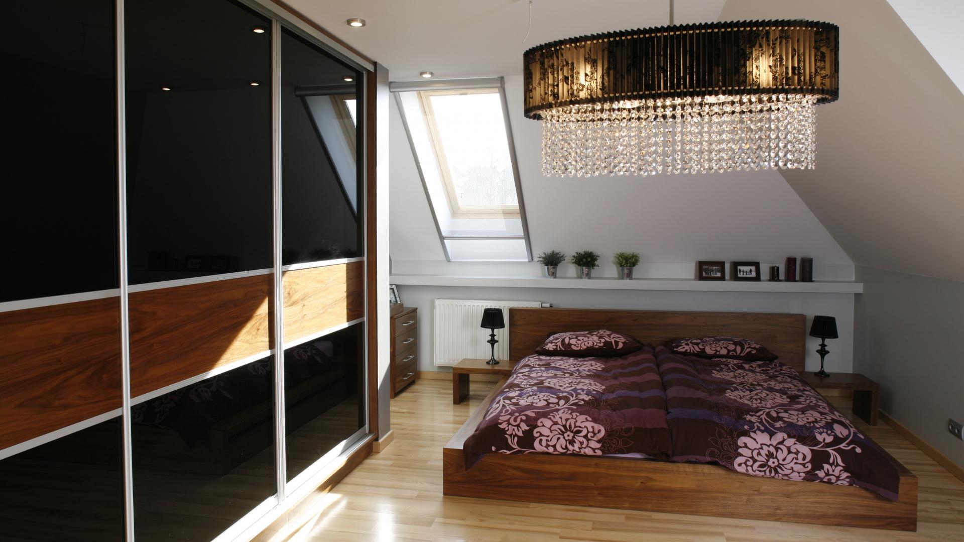 W małżeńskiej sypialni musi znaleźć się pojemna szafa. Ważne jest aby była praktyczna i na tyle duża, by pomieścić ubrania oraz rzeczy osobiste obu małżonków. Projekt: Anna Gruner. Fot. Bartosz Jarosz.