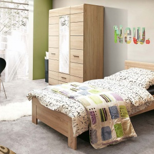 Kolekcja Combino. Solidne łóżko o prostej ramie uzupełnia stolik nocny, a praktyczna szafa z wbudowanym lustrem. Fot. Forte.