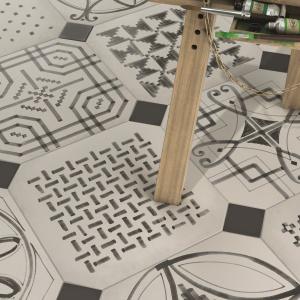 Jak ręcznie malowane czarnym tuszem - płytki patchworkowe Vodevil firmy Ceramica Vives. Fot. Ceramica Vives.