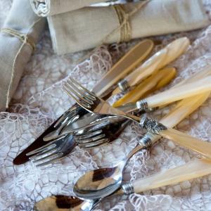 Elegancki sztućce na romantyczną kolację. Fot. Blanc MariClò.