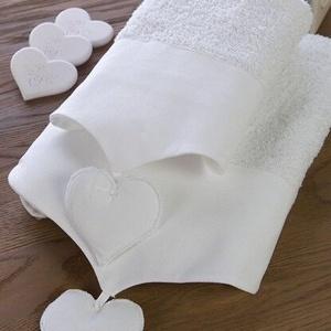 Białe ręczniki z serduszkami. Fot. Blanc MariClò.