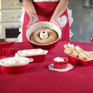 Czerwone naczynia do pieczenia. Fot. Blanc MariClò.