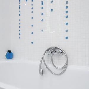 Kostki turkusowej mozaiki ze szkła przypominają krople spływającej wody. Dodają aranżacji świeżości. Fot. Bartosz Jarosz.