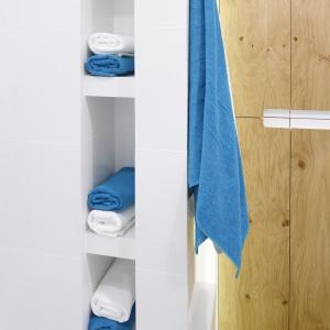 Nisze w ścianie nad wanną są wysokie. Nie widać ich od wejścia do łazienki. Fot. Bartosz Jarosz.