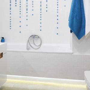 Biała łazienka jest mała, ale wizualnie ją powiększa  doskonałe oświetlenie ledami. Fot. Bartosz Jarosz.