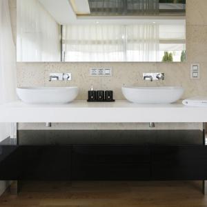 Zaprojektowana dla dwojga strefa umywalkowa to praktyczne rozwiązanie, które pozwala korzystać złazienki dwóm osobom jednocześnie. Projekt: Agnieszka Hajdas-Obajtek. Fot. Bartosz Jarosz.