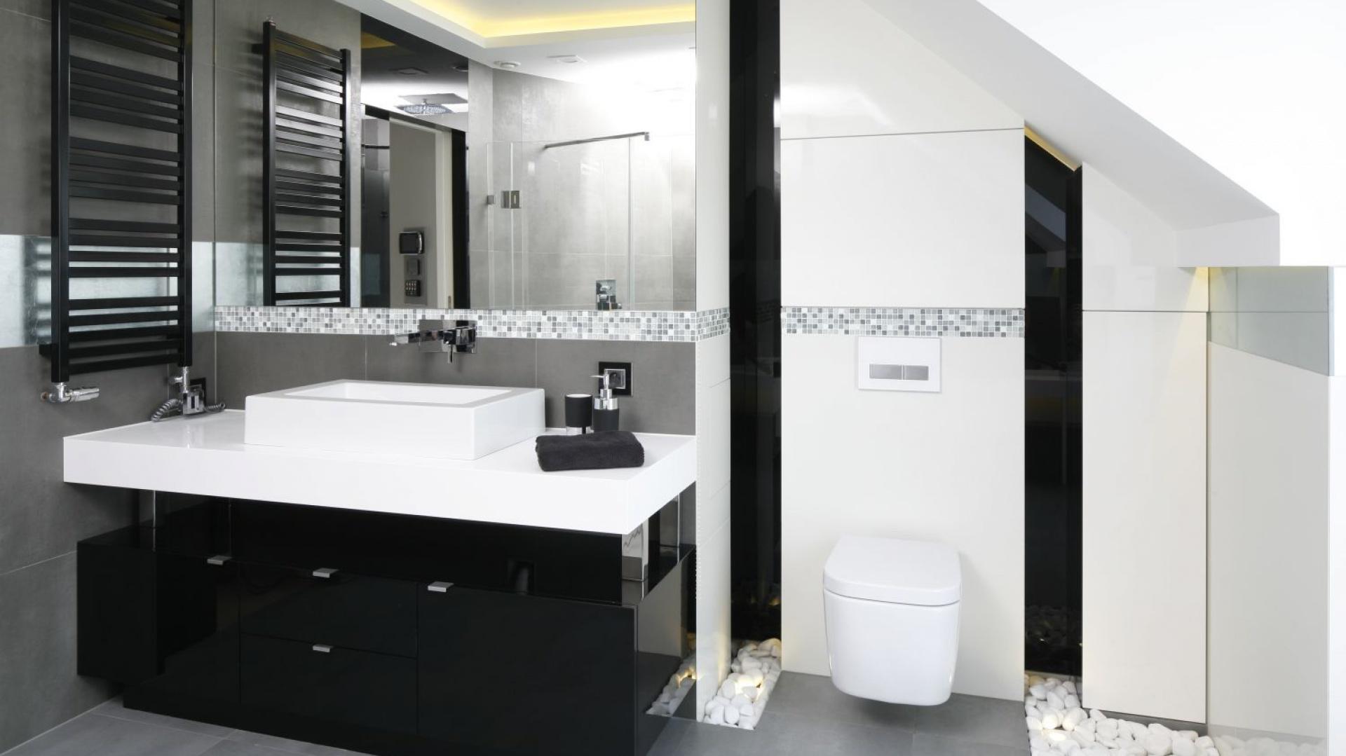 Na poddaszu urządzono łazienkę dla dzieci. Choć korzystają z niej najmłodsi domownicy, jest bardzo elegancka. Projekt: Agnieszka Hajdas-Obajtek. Fot. Bartosz Jarosz.
