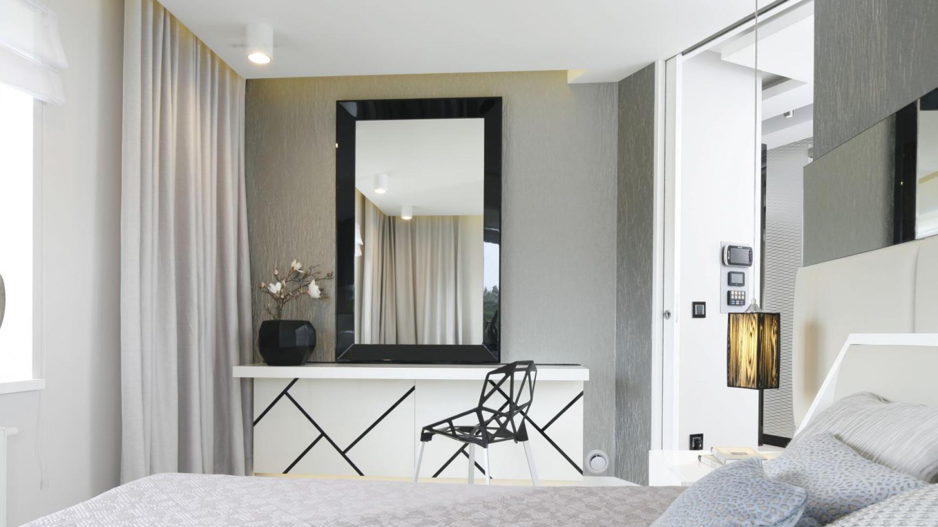 Nowoczesna toaletka ozdobiona jest czarnymi elementami omodnych geometrycznych kształtach, dzięki czemu świetnie komponuje się z kultowym krzesłem Chair One Magis. Projekt: Agnieszka Hajdas-Obajtek. Fot. Bartosz Jarosz.