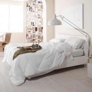 Biel to najistotniejszy element skandynawskich aranżacji. Oprócz ścian w tym kolorze nie może w salonie zabraknąć klasycznego prostego łóżka, najlepiej opartego na drewnianym stelażu. Fot. Marazzi.