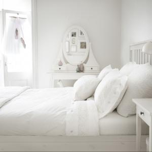 Białe łóżko w stylu skandynawskim pięknie prezentuje się w towarzystwie eleganckiej toaletki. Na zdjęciu: sypialnia Hemnes. Fot. IKEA