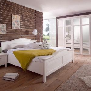 Casa to biała sypialnia wykonana w drewna sosnowego, charakteryzująca się bogatą w wyrazie strukturą powierzchni. Stylu całości dodają delikatne uchwyty w kontrastowym, szarym kolorze. Fot. Telmex.