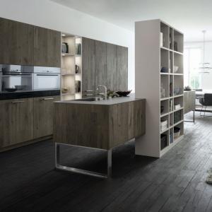 Wyspa połączona z biblioteczką? Dlaczego nie! Dzięki temu w bardziej wyraźny sposób zaznaczono granicę między salonem, a kuchnią. Fot. Leicht, meble Classic-Fs i Xylo.
