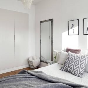 Wbudowana w ścianę szafa zapewnia miejsce do przechowywania ubrań. Fot. Krister Engström.