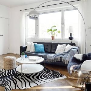 Drewniana podłoga oraz bogato wykorzystane tekstylia uczyniły z jasnego salonu miejsce bardzo przytulne, zachęcające do wypoczynku. Fot. Krister Engström.