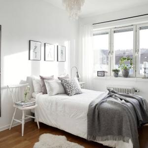 Sypialnia jest bardzo przytulna - głównie za sprawą tekstyliów, ale również drewnianej podłogi w ciepłym wybarwieniu.Fot. Krister Engström.