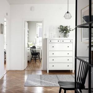 Hol stanowi przestrzeń łączącą ze sobą pozostałe pomieszczenia - zarówno komunikacyjne, jak i stylistycznie. Fot. Krister Engström.