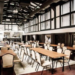 Restauracja Browar Lubicz to przykład inspiracji pofabryczną stylistyką we wnętrzach w ogóle nie industrialnych. Fot. Dawid Dobroń.