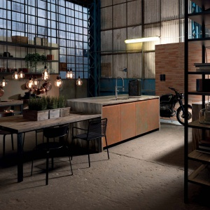 Pofabryczne wnętrz inspirują również producentów ekskluzywnych mebli. Na zdjęciu kuchnia Factory luksusowej włoskiej marki. Fot. Aster Cucine.