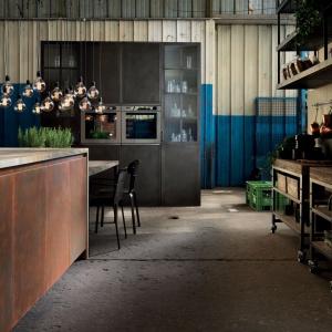 Stylizowane na pordzewiałe fronty mebli kuchennych, wysoki sufit i żarówki na widocznych oplotach wprowadzają do wnętrza pofabryczny szyk. Fot. Aster Cucine, kuchnia Factory.