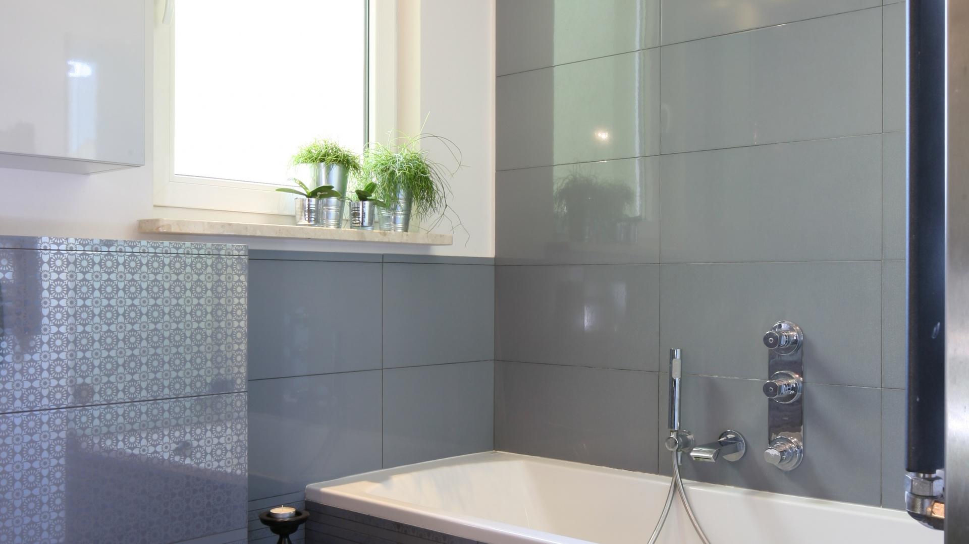 Światło spod wanny optycznie powiększa małą łazienkę. Projekt: Arkadiusz Grzędzicki. Fot. Bartosz Jarosz.