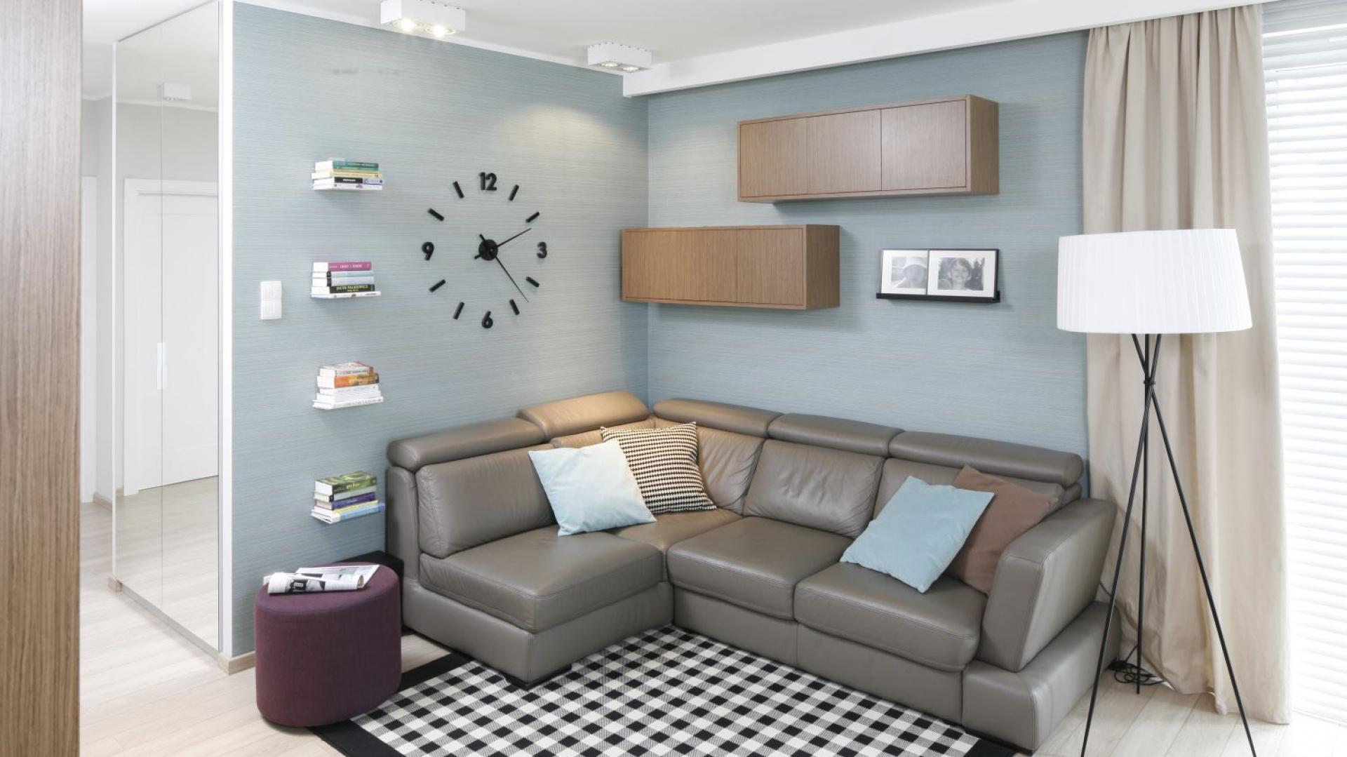 W niedużym wnętrzu pomalowana na niebiesko ściana wyznacza strefę wypoczynku. Projekt: Joanna Morkowska-Saj. Fot. Bartosz Jarosz.