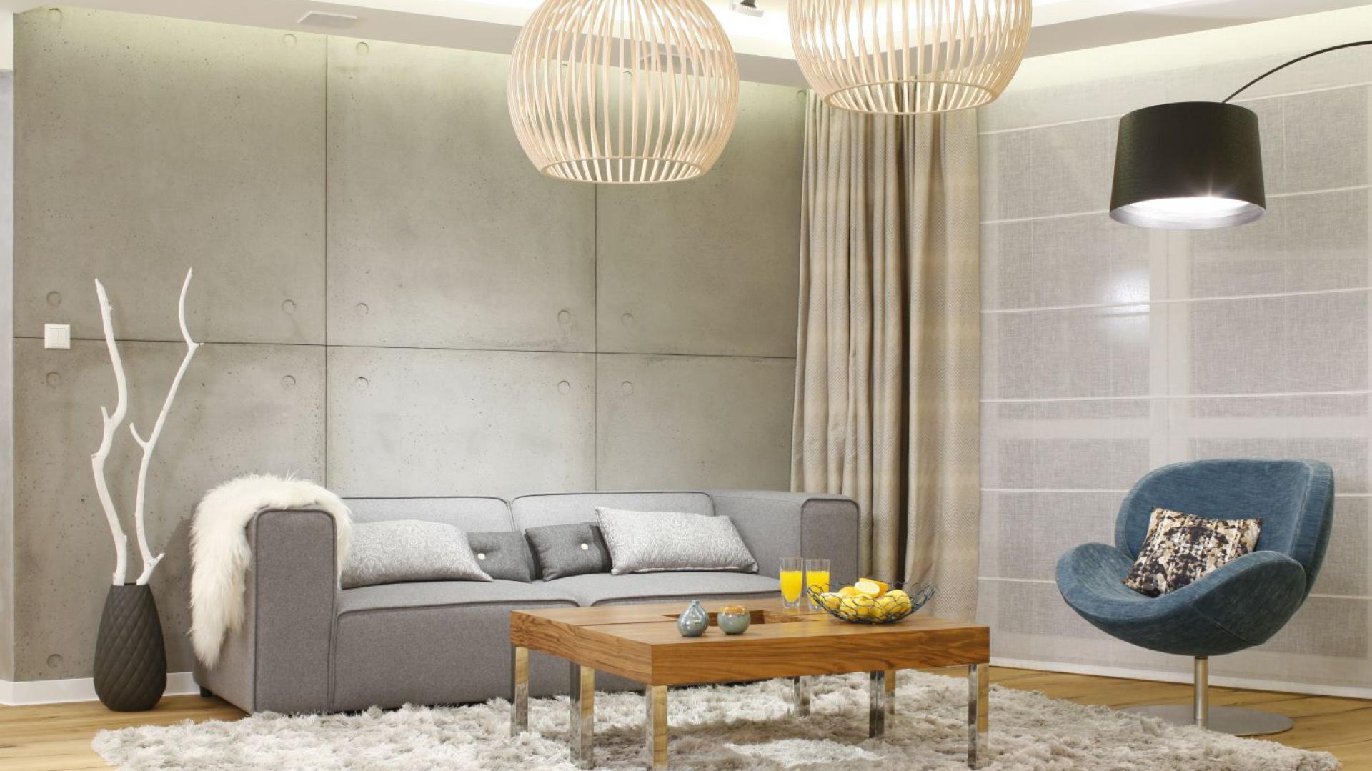 W nowoczesnym wnętrzu wnętrzu betonowa ściana podkreśla charakter aranżacji. Projekt: Agnieszka Hajdas-Obajtek. Fot. Bartosz Jarosz.