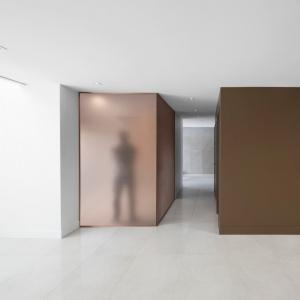 Gładkie, jednolite powierzchnie wprowadzają do wnętrza nowoczesny klimat. Projekt: Architecture Open Form. Fot. Adrien Williams.